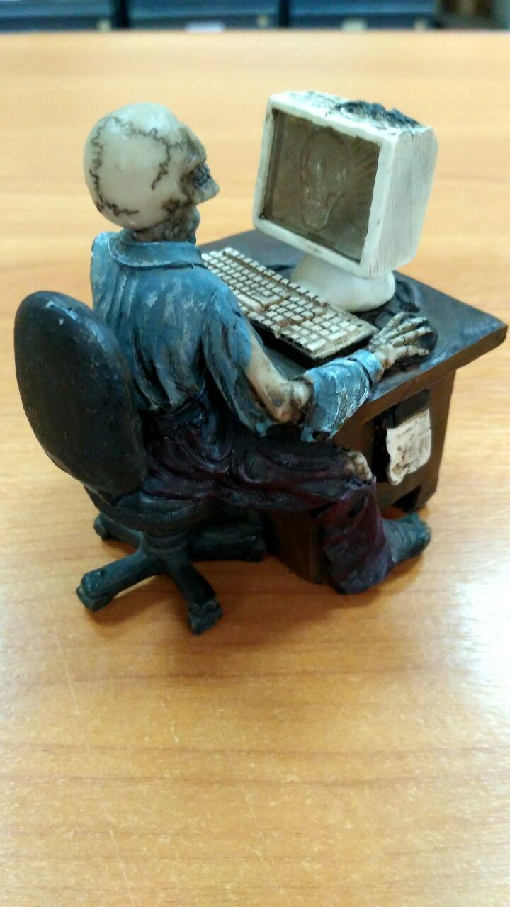 Скелет за компьютером
